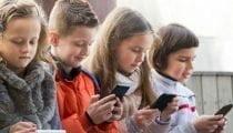 , Con tablet e smartphone a rischio la salute scheletrica dei bambini